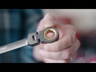 Набор из восьми комбинированных ключей с храповым механизмом на шарнирах.