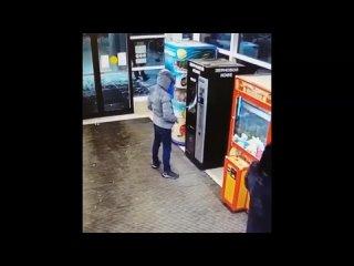 Полицейские устанавливают личность подозреваемого в краже денег с банковского счета
