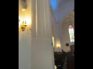 В соборе скамьи-трансформеры с сиденьями с двух сторон — пересел лицом в противоположную сторону и слушаешь орган.