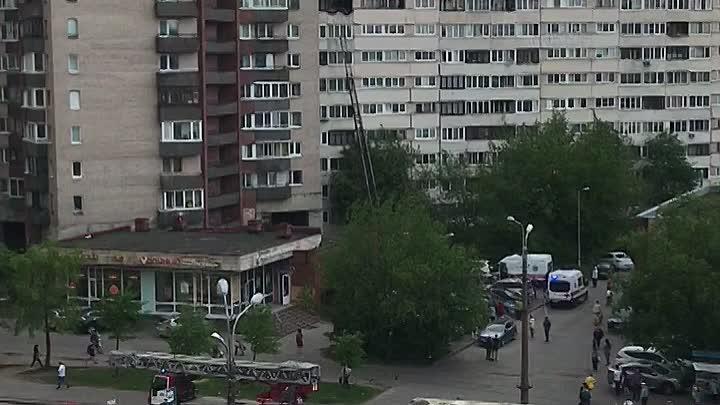 На улице Маршала Казакова, в доме 1к2В загорелась квартира на 9 этаже, а чуть позже и на 10 этаже.