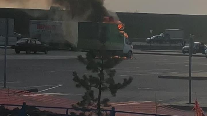Газель горит на парковке Ленты в Буграх