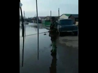 Жители Башкирии показали, как ловят рыбу на улицах затопленного Давлеканово