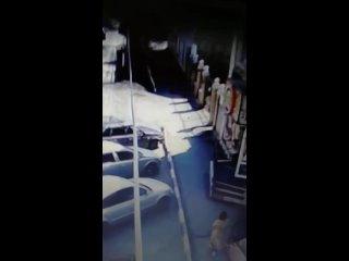 В Омске вор попал под машину, убегая с места преступления
