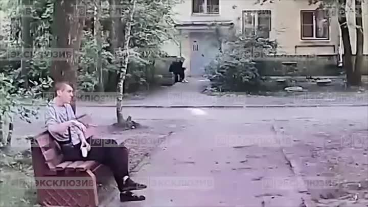 В городе Колпино молодой человек до полусмерти избил мужчину на скамейке. Инцидент произошёл около 1...