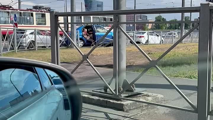 Водитель Логана начал свой водительский стаж со сломанного забора на повороте с Херсонской на Синопс...