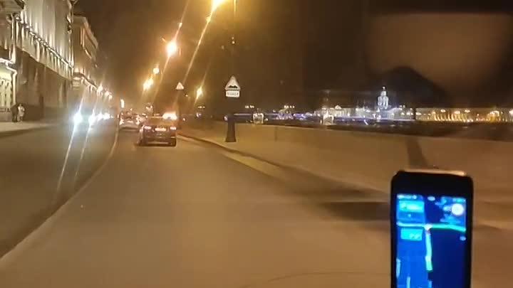 На Дворцовой набережной у Эрмитажного театра загорелась Audi, движение перекрыто.