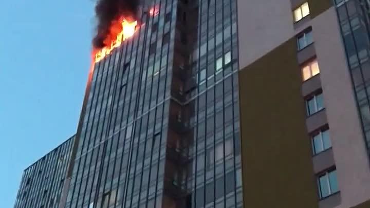 В Кудрове на Столичной 6к1 сильный пожар. Пожарная машина сначала попыталась заехать во двор с Европ...