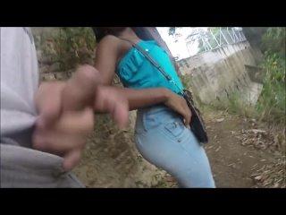 Чувак с презиком на члене старательно трахал темнокожую девку от первого лица и снимал всё на камеру.mp4