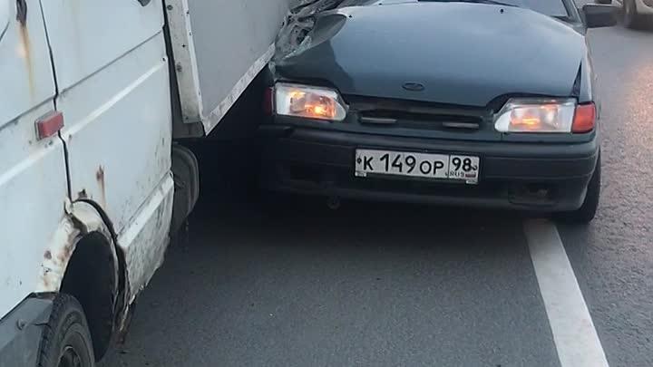 На проспекте Луначарского у дома 88к1 трое парней на ВАЗ 2115 врезались в Mercedes и Газель, после ч...