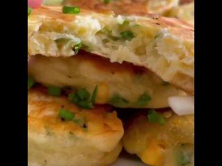 Ленивые пирожки с яйцом и луком - идеально быстро и без возни с тестом👌Посмотреть рецепт @shecook   #перекус