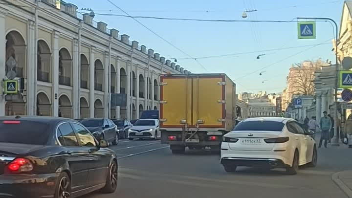 На перекрестке Садовой и Ломоносова светофор постоянно горит красный. На перекрестке хаос и анархия.