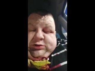 В Барнауле пассажир в конце поездки перерезал таксисту горло, но его спас второй подбородок. Врачи сказали, что ему удалось избе