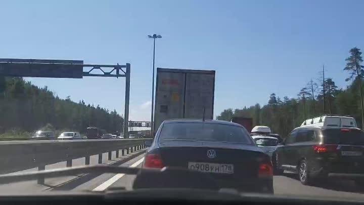 Грузовик завалил кирпичами КАД между Шафировским и съездом на Колтуши