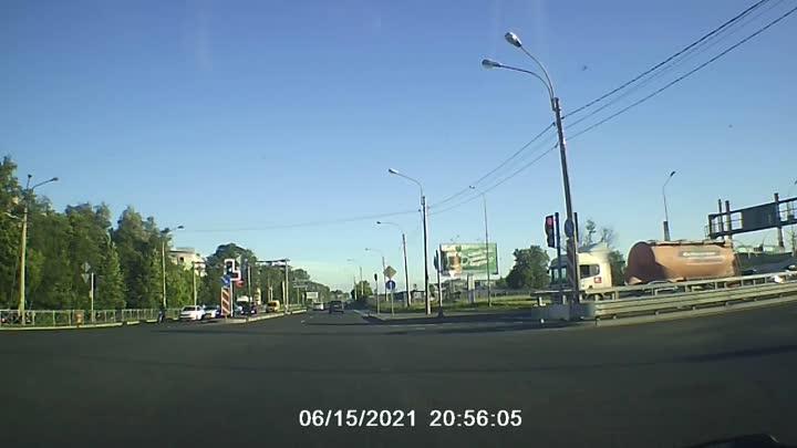 На Митрофаньевском шоссе ребенок выбежал на дорогу. Так и не поняла откудаи где были родители? Все ...