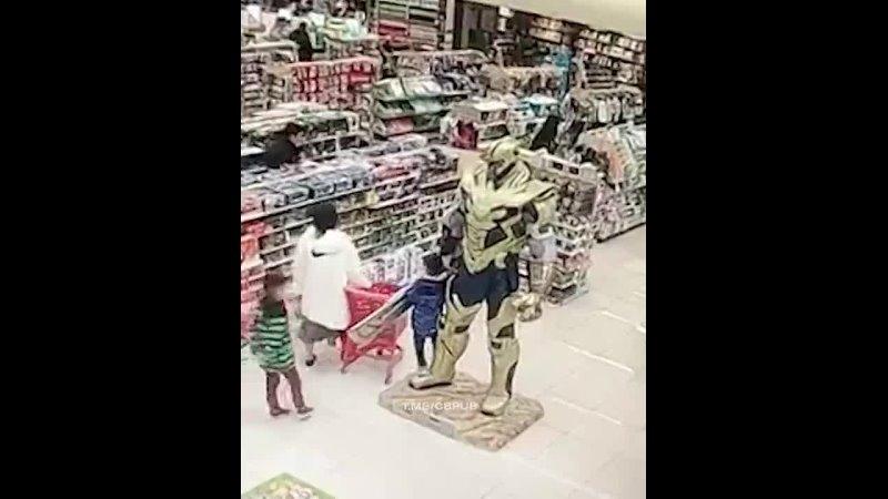 Танос даже в магазине уничтожает людей 480p mp4
