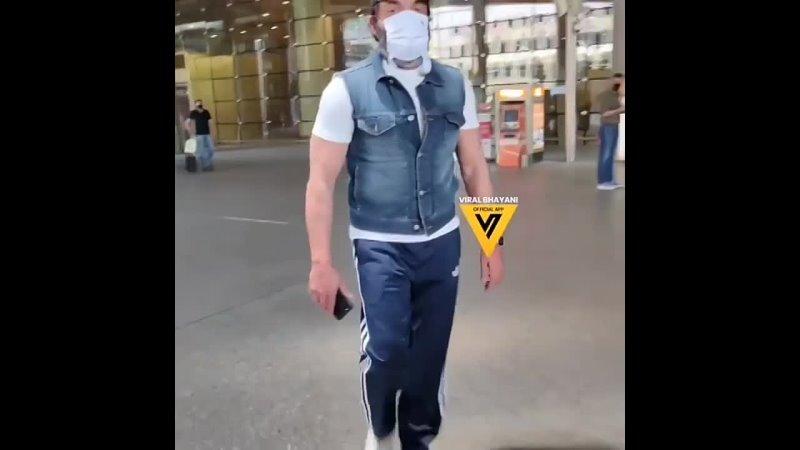 Бобби Деол в аэропорту.