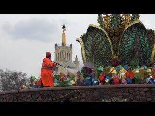 В Москве отмывают памятники и фонтаны после зимы
