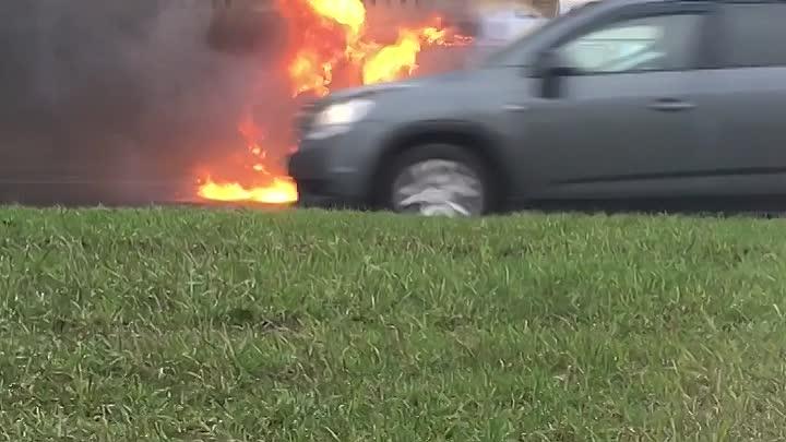 На Малоохтинском проспекте у высших офицерских классов ВМФ горит газель, вода на месте, пожарные е...