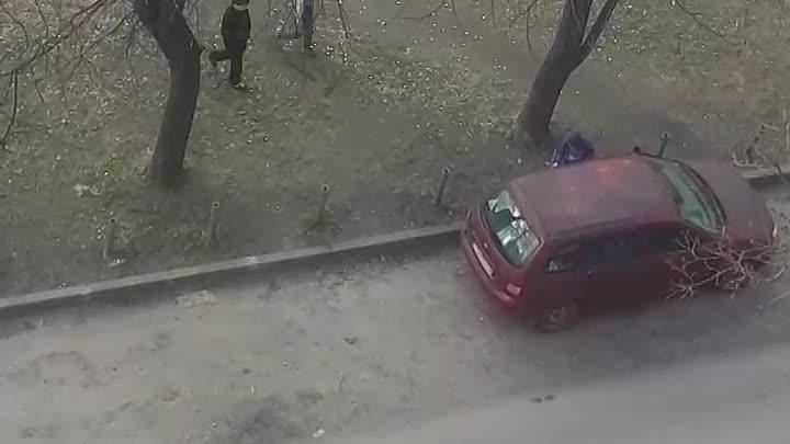 Дети гуляют без родителей во дворе Симонова 12/9 и бьют чью-то машину. Бьют палками по кузову, пытал...
