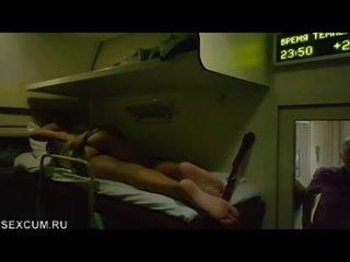 Наблюдает как жена дрочит на соседней полке в поезде(Русское порно HD Голые на публике Любительское Эксгибиционисты Flash)
