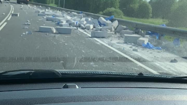 По дороге в деревне Озертицы Кингисеппского района грузовик потерял пеноблоки