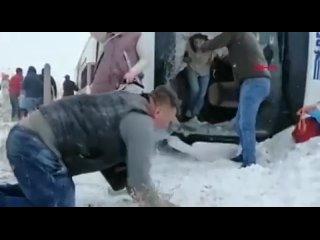 В Турции из-за гололёда разбился автобус с российскими туристами. Более 20 человек пострадало, одна женщина погибла.