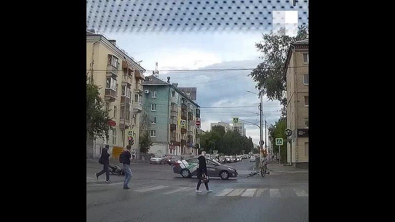 В Екатеринбурге момент жесткого ДТП с машиной каршеринга после которого велосипедист оказался в реанимации попал на видео