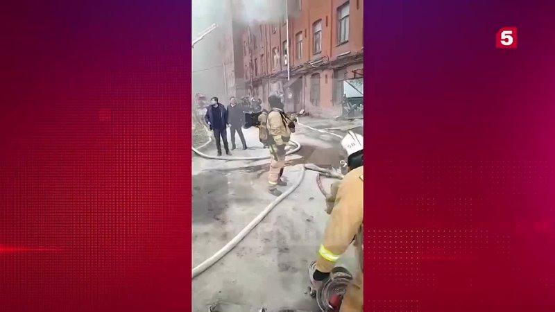 Видео с оказанием первой помощи пожарному во время ЧП на Невской манафактуре в Петербурге