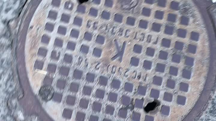 «Меркурий - наследие» На парковке у ТЦ «Заневский Каскад» появляется отверстие в асфальте. Видно нас...