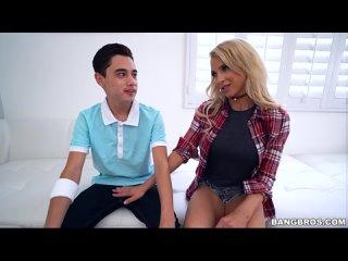 Alix соблазняет Juanа, потому что она жаждет его большого члена!