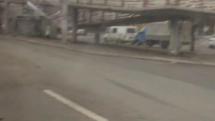 ДТП под крабом на проспекте Славы. Отлетевшим от Тойоты колесом и осколками повреждены припаркованны...
