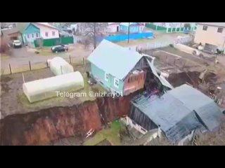 Два разорванных пополам жилых дома в России попали на видео
