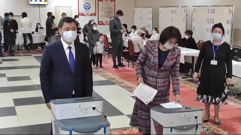 Президент Кыргызстана Садыр Жапаров проголосовал на выборах в местные кенеши и референдуме