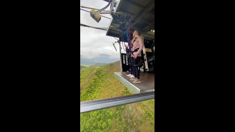Качание Невиса в Новой Зеландии является одним из самых больших качелей в мире отправляя вас на волнующую дугу 300 метров Хотите