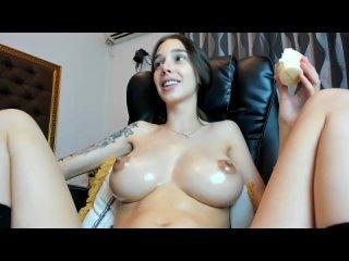 Hotfallingdevil 2, эротика, голая фотомодель показывает свою красивую грудь и фигуру, вебкамщица лимонит себя