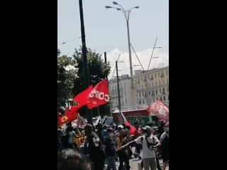 Неаполь, Италия, негроиды-коммунисты требуют денег, прав и свобод