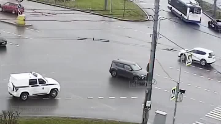 На круговом перекрестке проспекта Большевиков и Народной улицы произошло ДТП с участием автомобиля П...