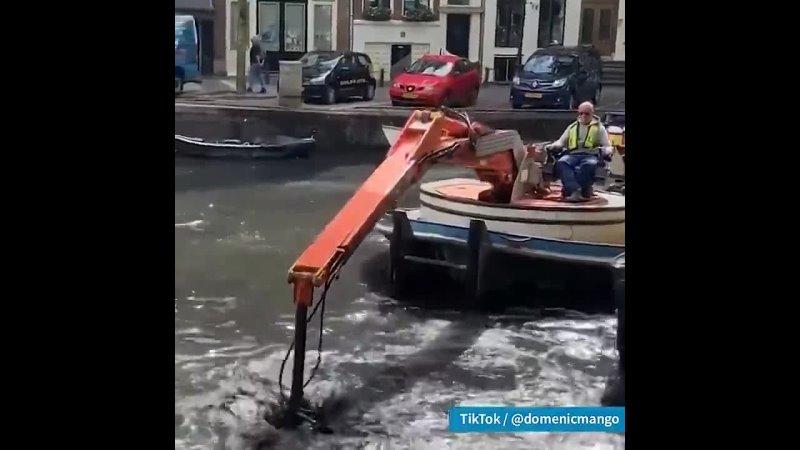 Это очистка канала Амстердама от велосипедов.
