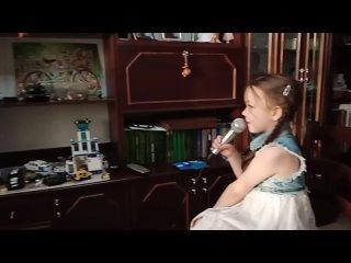 Любимая доча поздравила папу с днём Варенья - спела песню под караоке...)))