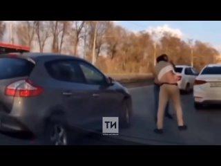 Драка водителей на дамбе в Казани попала на видео