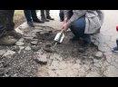 Депутаты Горсовета разбирают асфальт на отремонтированной дороге