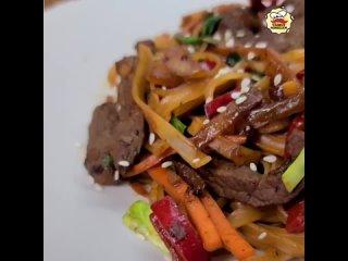 Говядина с рисовой лапшой (ингредиенты в описании видео)