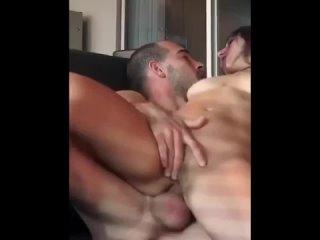 ебет  голую девушку в попу пальцами ласкает клитор худенькая мастурбирует писю негр с большим членом трахает девушку в жопу анал
