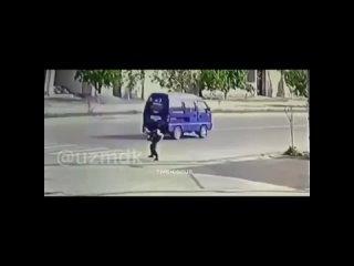 В Узбекистане водитель снес ребенка на пешеходном переходе.