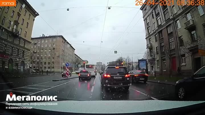Видео момента сегодняшнего ДТП на проспекте Стачек 67. Газель протаранила в бок Тойоту Сelica.
