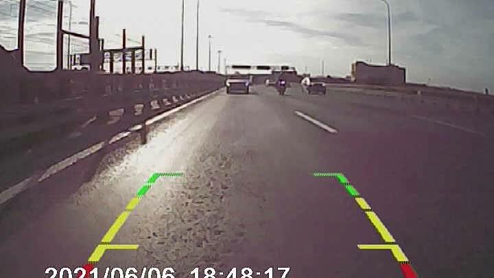 Сегодняшняя авария с шумахером на Вантовом мосту. А за 1,5 часа до ДТП рядом сгорела машина: https...