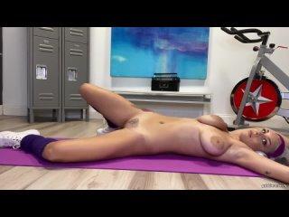 Gabbie Carter - Молодая девочка разминается, ласкает себя , красивая модель , блондинка , большая грудь , волосатая , porno hd