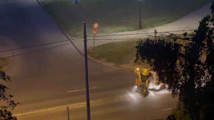 На проспекте Энтузиастов , напротив Июня, время 01:45 ночи, дорожные рабочие решили поработать. Им ...