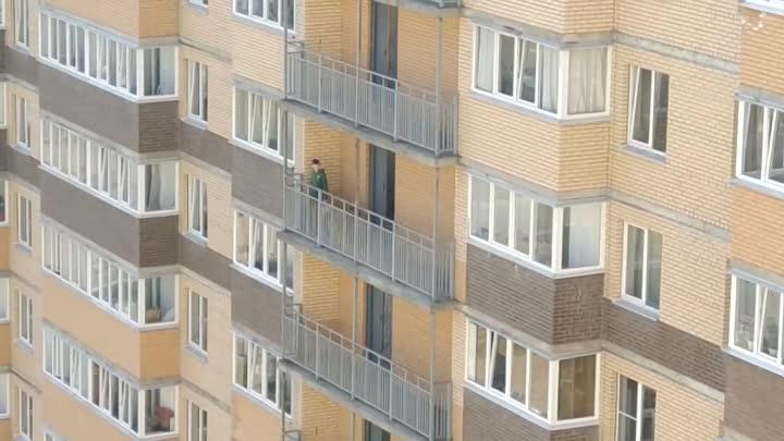 Житель Мурина и собаку на балконе выгулял, и мусор скинул вниз.