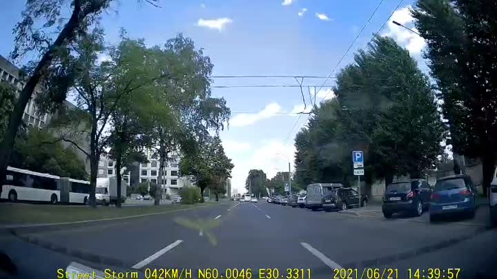 Гражданин на Шкоде врезался в припаркованный автомобиль на Светлановском проспекте. До аварии на до...